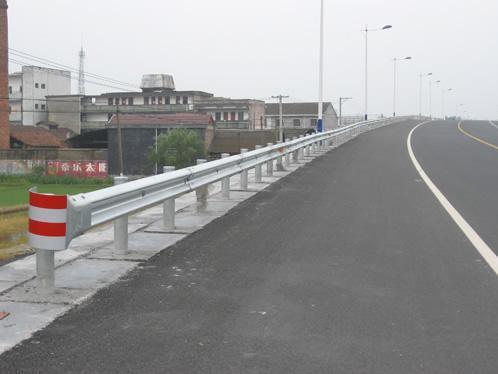 根据不同的公路段该如何选择波形护栏板