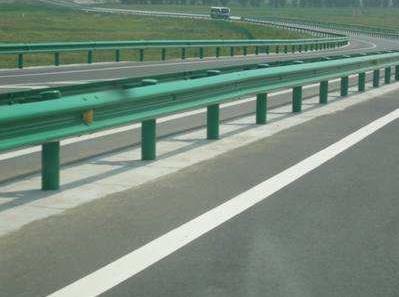 波形梁护栏板具有明显优势,使驾驶员容易识别道路