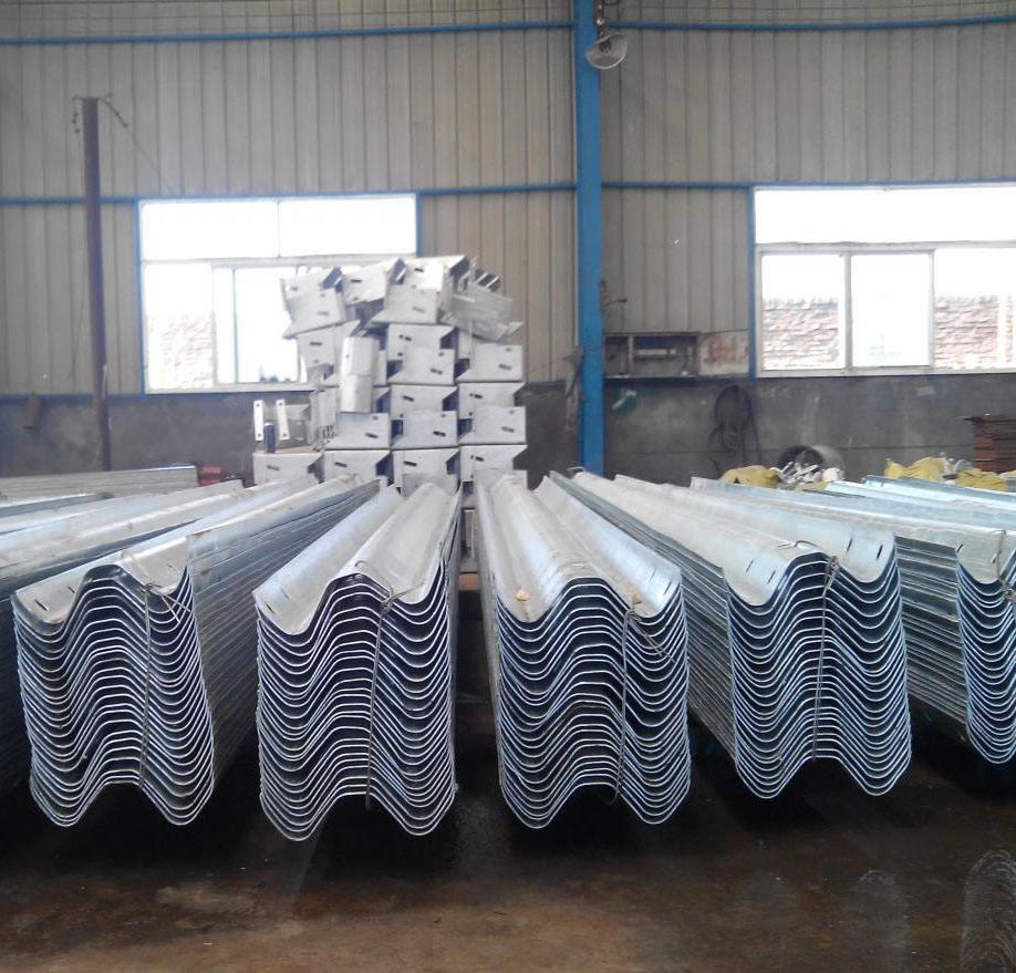 湖南护栏板厂家告诉您如何挑选波形梁护栏板